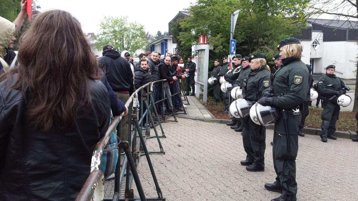 Gegendemonstranten sickerten vom Markt bis an die Polizei-Barrikaden durch.