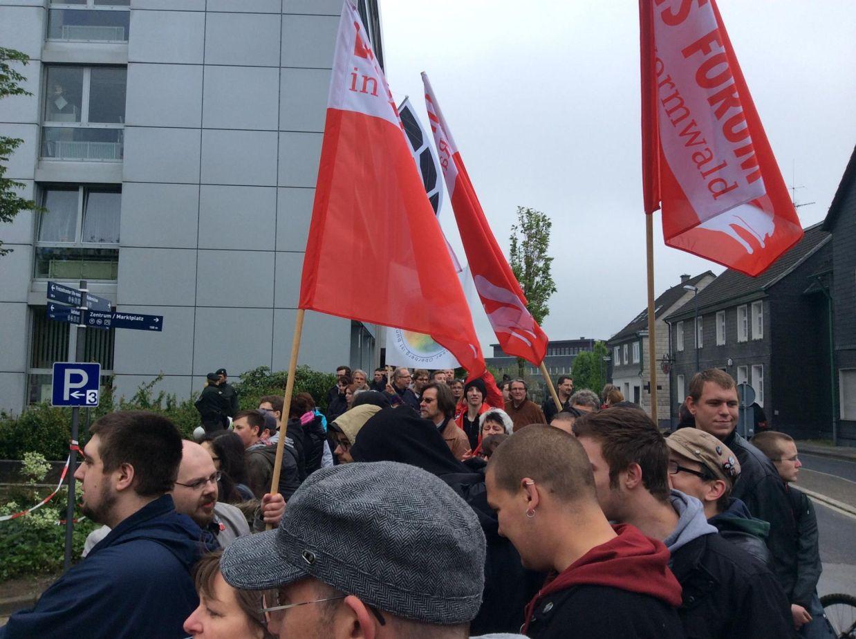 """Später kamen auch Demonstranten von der Veranstaltung des Runden Tisches am der Martini-Gemeinde zum Hohenfuhrplatz -im Hintergrund: Transparent von """"Oberberg ist bunt"""". (Foto: Felix Staratschek, http://viertuerme.blogspot.de/ )"""